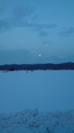月の出ていた朝でした。